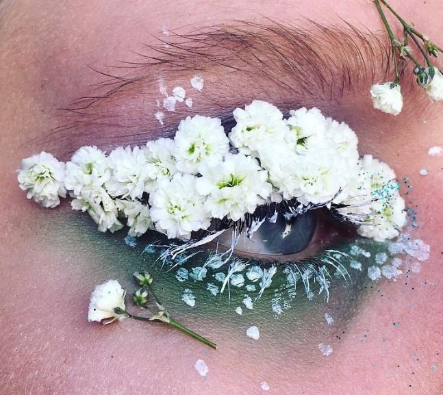 Слишком красиво: цветы-стрелки, как идея для макияжа на свадьбу, фотосессию или вечеринку - фото №8
