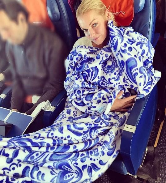 Анастасия Волочкова летела в эконом-классе, уступив место чужому ребенку (ФОТО) - фото №1