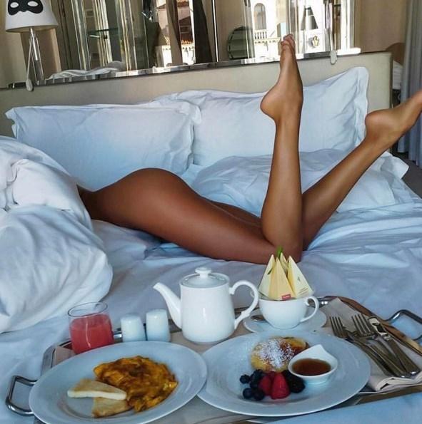 Завтрак в постель: Санта Димопулос опубликовала новое пикантное ФОТО - фото №1
