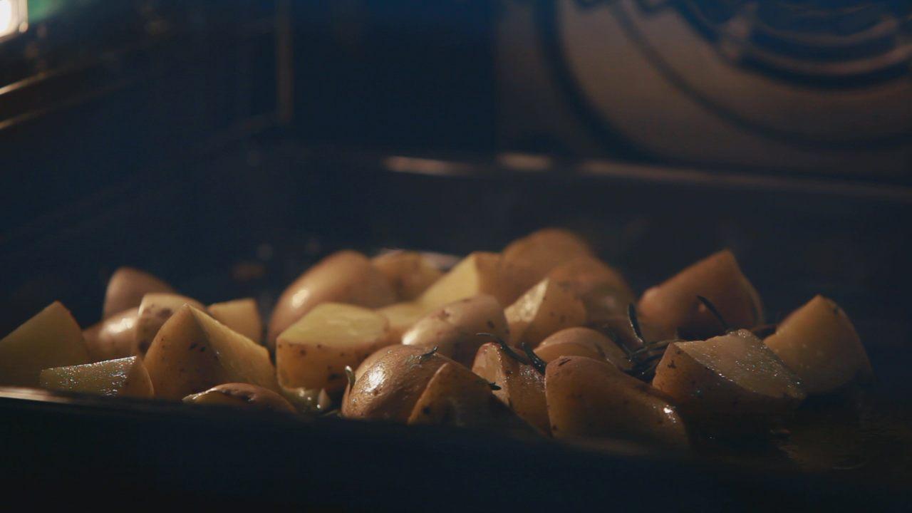 Стейк из говядины с печеным картофелем. Видео-рецепт - фото №4