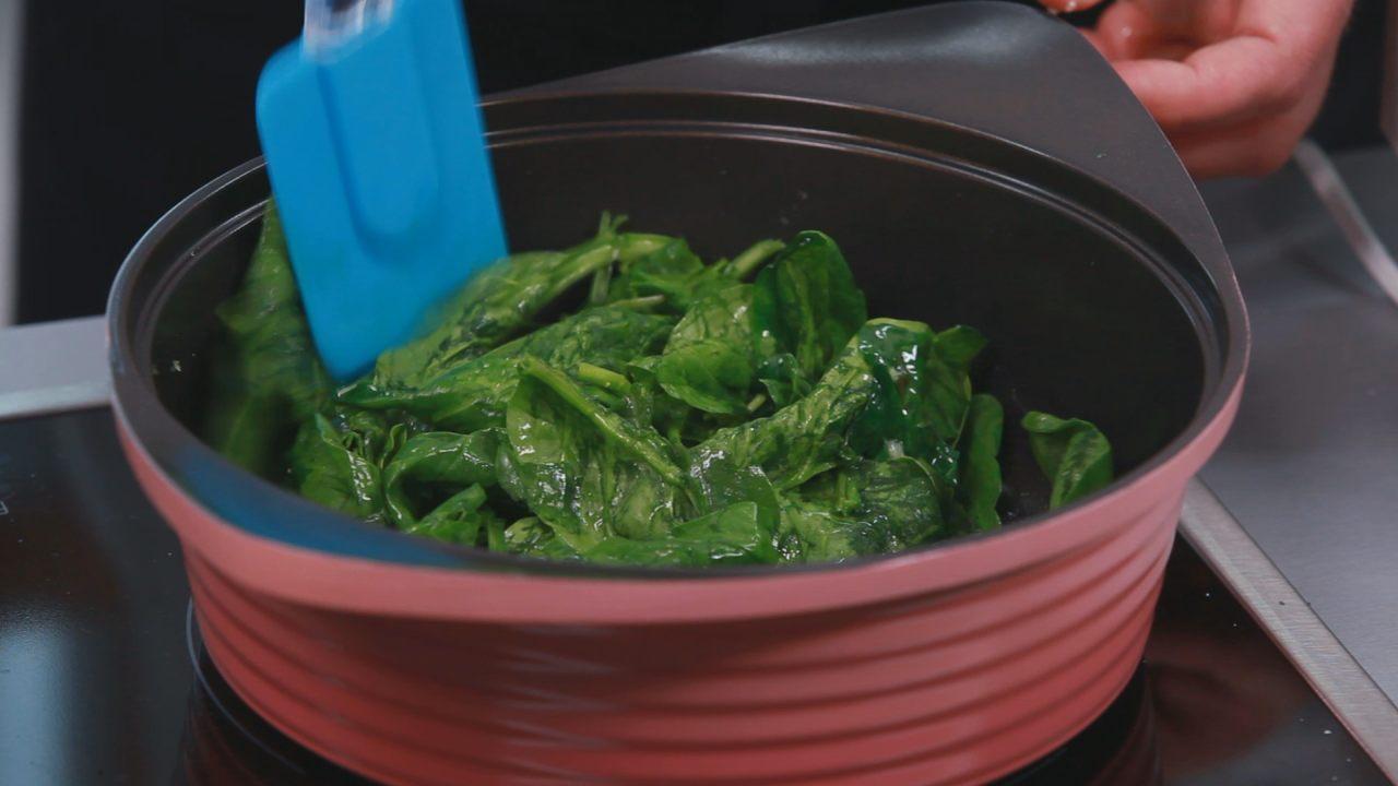 Бруски феты в шпинате с томатным соусом. Видео-рецепт - фото №2