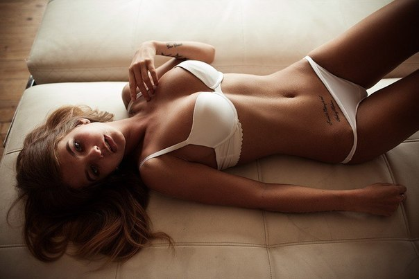 красивая девушка на кровати фото