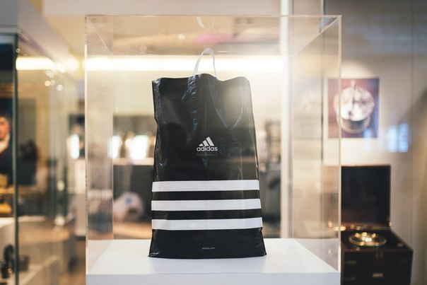 Осознанное потребление: Adidas отказываются от пластиковых пакетов