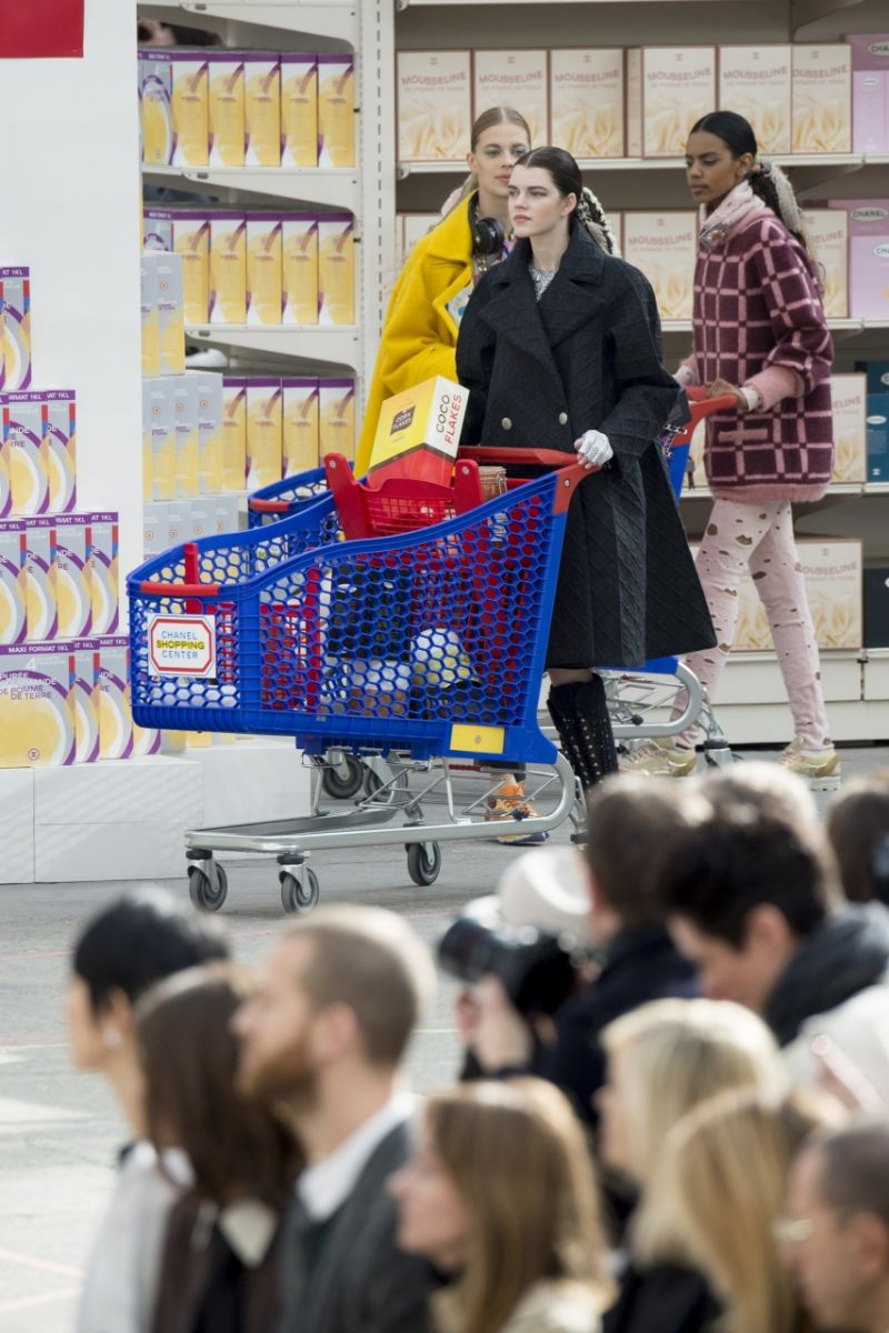 Неделя моды в Париже: Chanel осень-зима 2014-2015 - фото №4