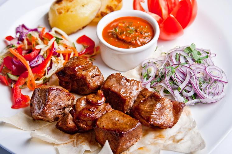 Актуально в праздники: ученые рассказали, кому нельзя есть мясо