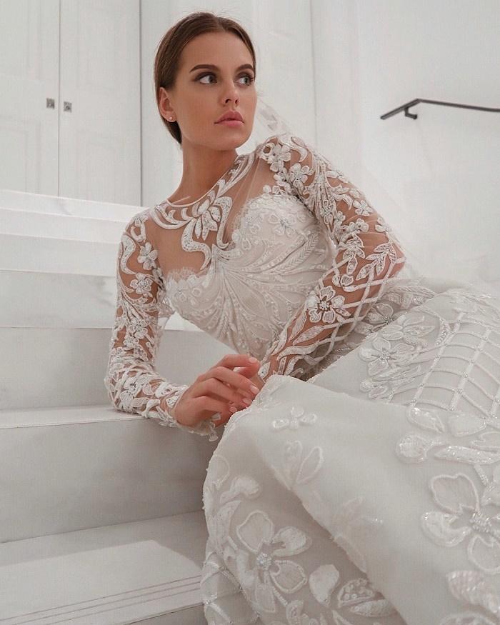 Даша Клюкина примерила свадебное платье и показала обручальное кольцо