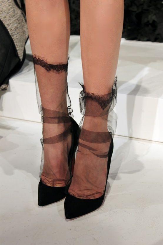 Очень нежно: как носить и сочетать прозрачные носки с узором - фото №9