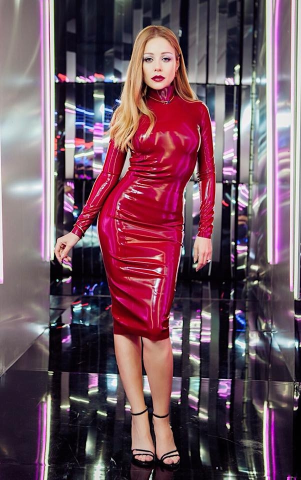 Тина Кароль в красном латексном платье