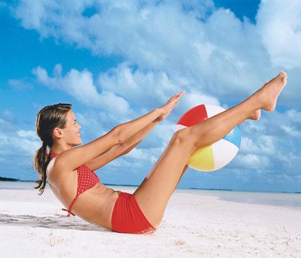 Фитнес-упражнения с мячом на пляже. Фото - фото №2