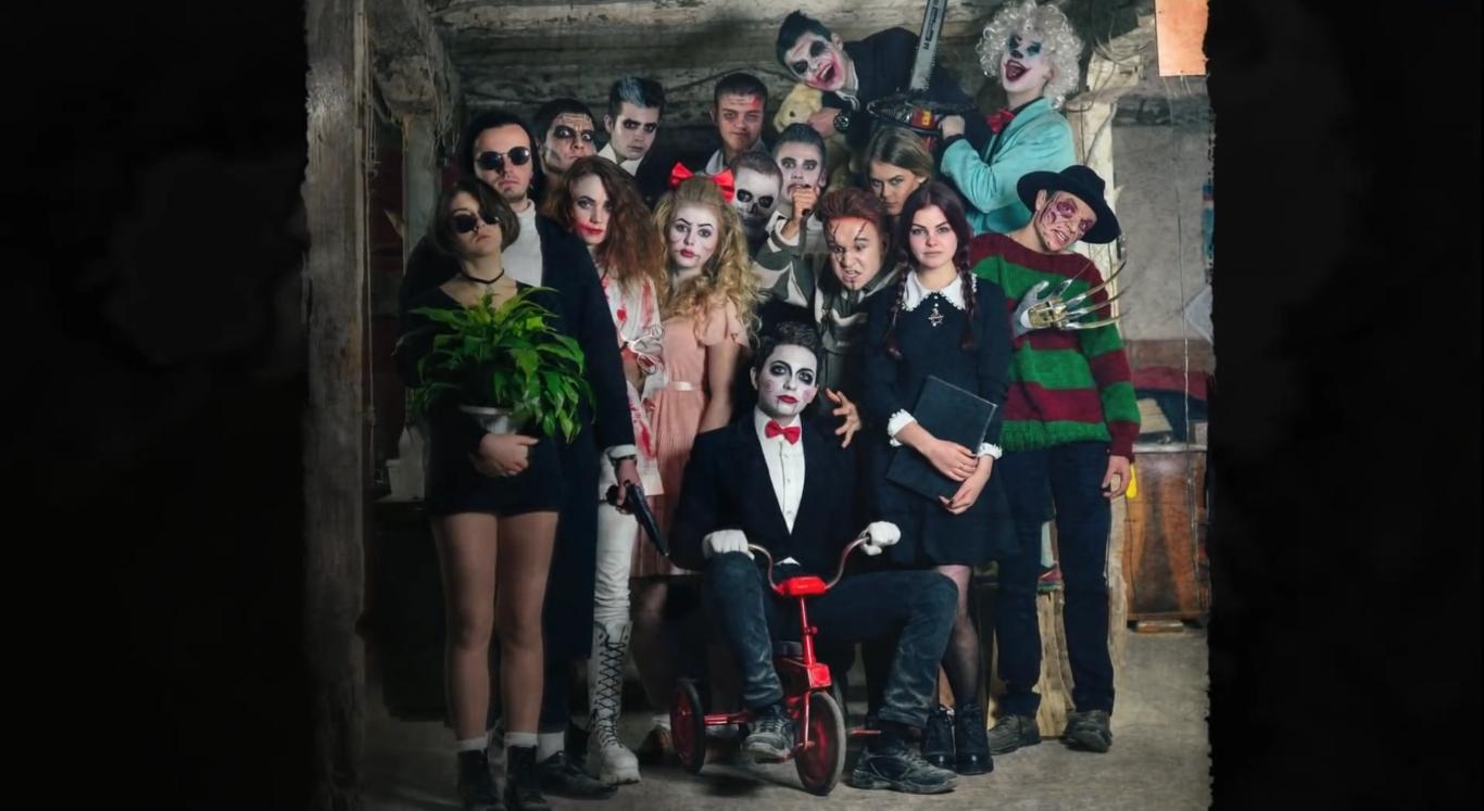 Зловещие школьники: выпускной альбом украинских учеников шокировал интернет - фото №1