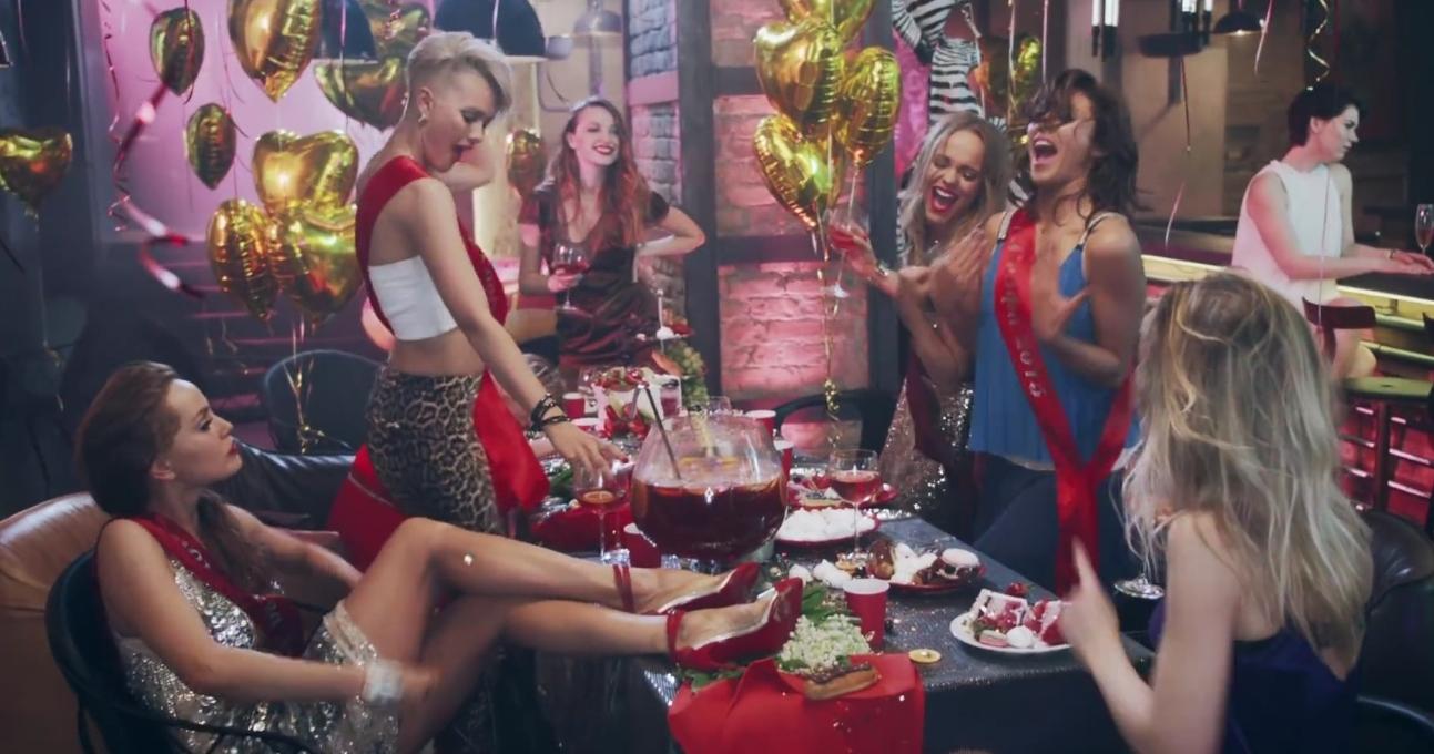 Как группа REAL O показала шарж на девичник в новом клипе - фото №1