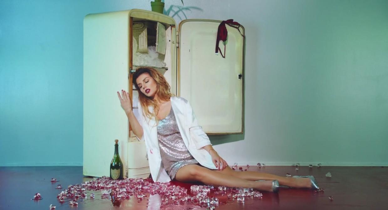 Анна Седокова выпустила сексуальный клип, в котором она сжигает одежду возлюбленного - фото №1