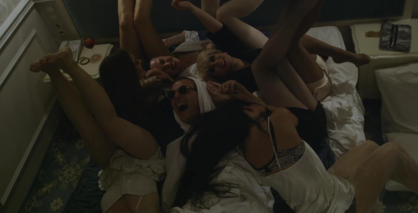 Hurts сняли новый клип в Киеве: разгульная концертная жизнь и девушки Тео Хатчкрафта - фото №2