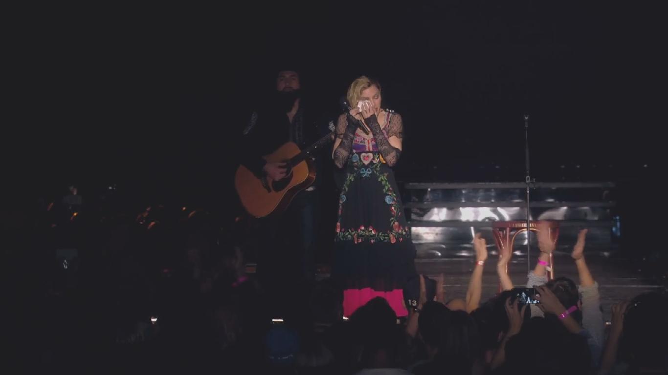 Мадонна заплакала на концерте, выступая с речью о погибших в Париже - фото №2