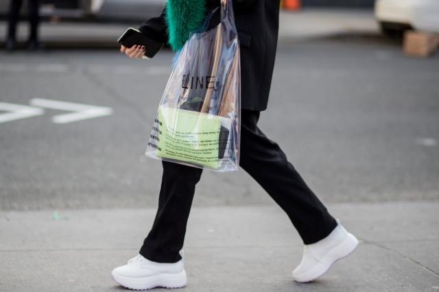 Модный тренд 2018 — пластиковая прозрачная сумка - фото №6