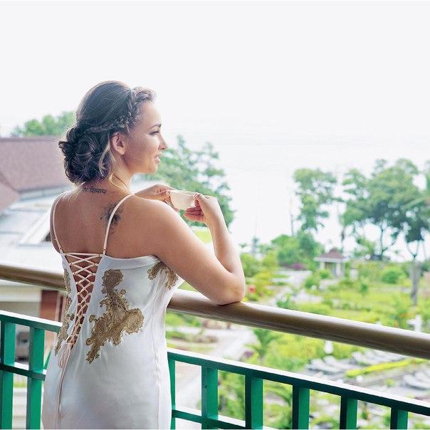 Анфиса Чехова показала свадебные фото: Сейшелы, шелковый пеньюар и отказ от туфель - фото №2