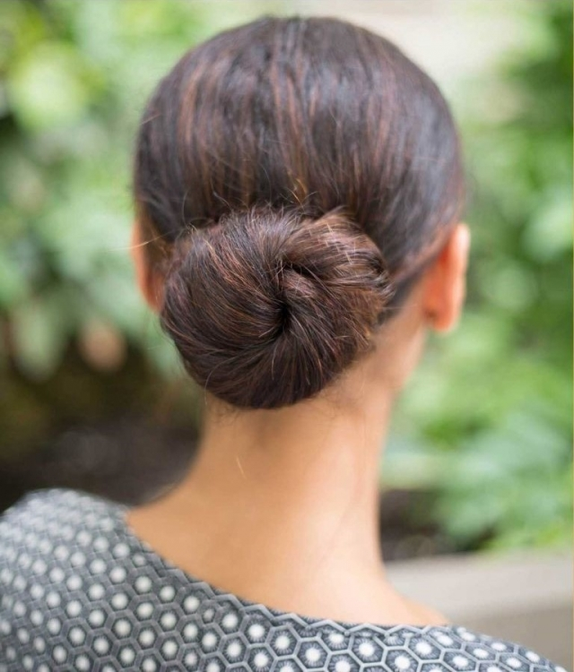 Легкая летняя прическа на длинные волосы 2016: элегантный пучок