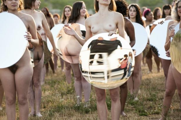 Нагой протест: больше ста женщин не побоялись раздеться ради необычной инсталляции - фото №2