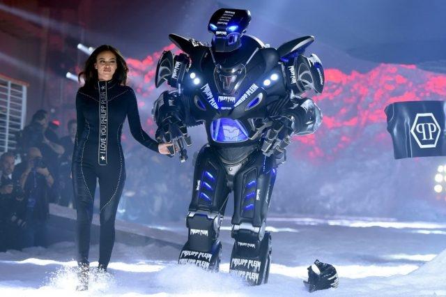 Ирина Шейк приняла участие в показе вместе с роботом - фото №1