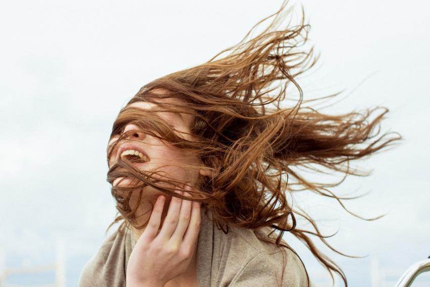 девушка волосы ветер