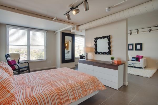 интерьер спальни и гостиной в одной комнате