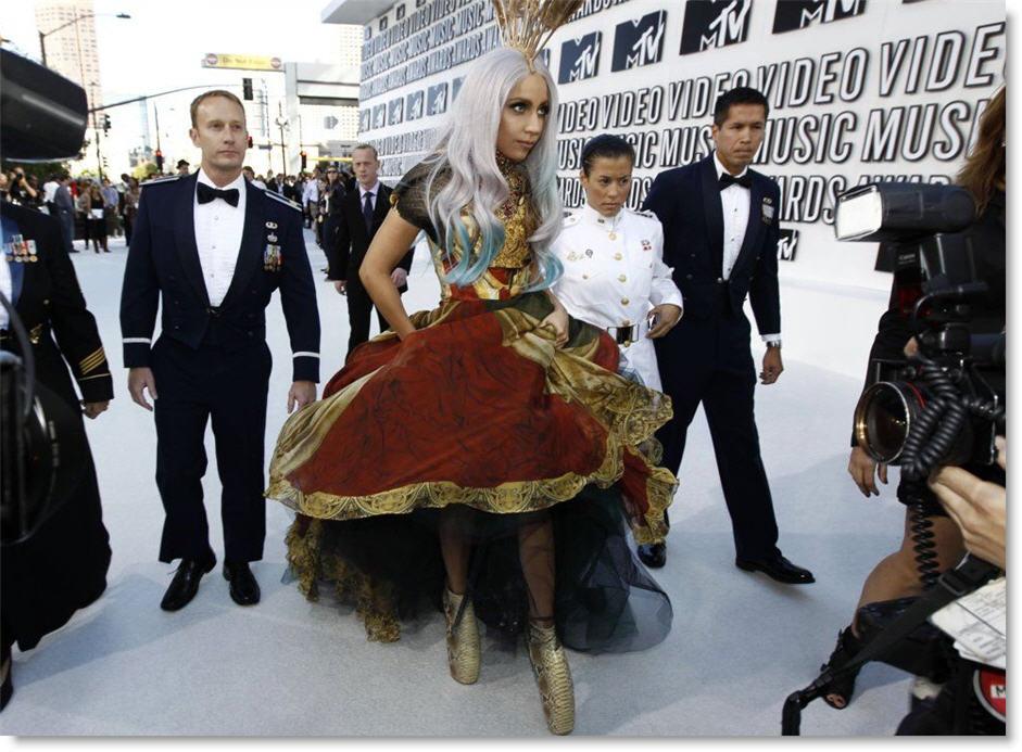 Леди Гага купила знаменитые шпильки от Alexander McQueen - фото №2