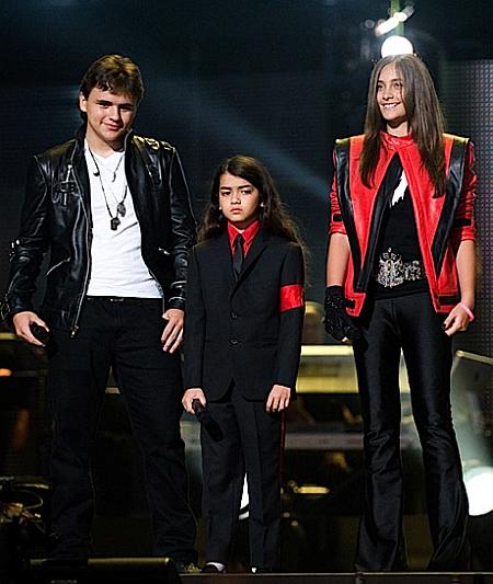 Дети Майкла Джексона вышли на сцену вместо него - фото №1