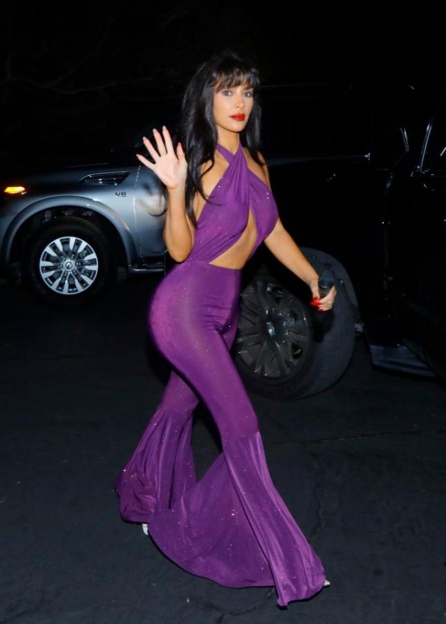 Ким Кардашьян в хэллоуинском костюме певицы Селены Кинтанильи