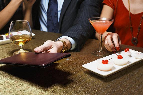 мужчина и женщина в ресторане фото