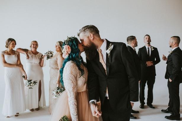 Парализованная невеста на свадебной церемонии встала с коляски и станцевала с женихом: намного больше, чем просто история о чуде - фото №4