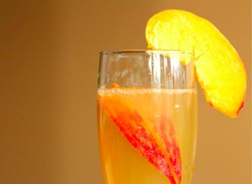 Рецепт: коктейль с шампанским и персиковым соком - фото №1