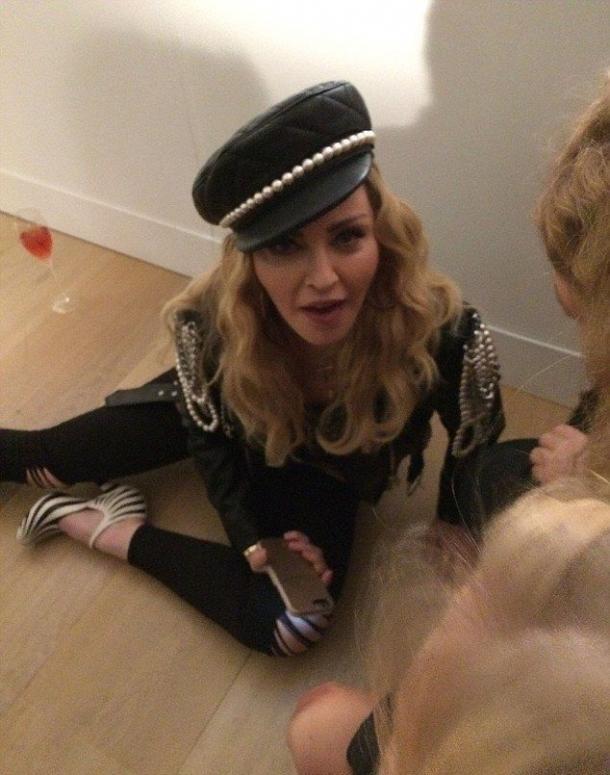 Пьяная Мадонна распивала алкоголь на полу во время фотовыставки в Лондоне (ФОТО) - фото №2