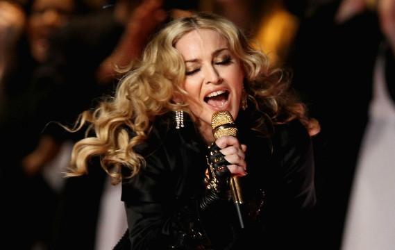 Поклонники Мадонны призвали ее отказаться от фотошопа и эпатажных нарядов - фото №1