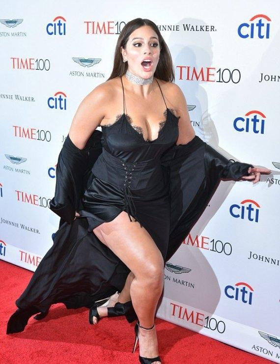 Модель plus-size Эшли Грэм оступилась на красной дорожке, обнажив бедра (ФОТО) - фото №2