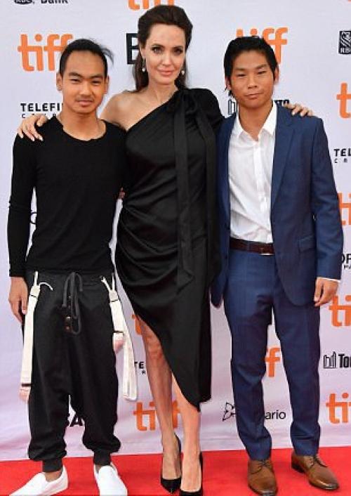 Анджелина Джоли показала соски на красной дорожке в сопровождении сыновей (ФОТО) - фото №1