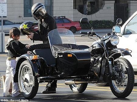 Брэд Питт обзавелся русским мотоциклом - фото №1