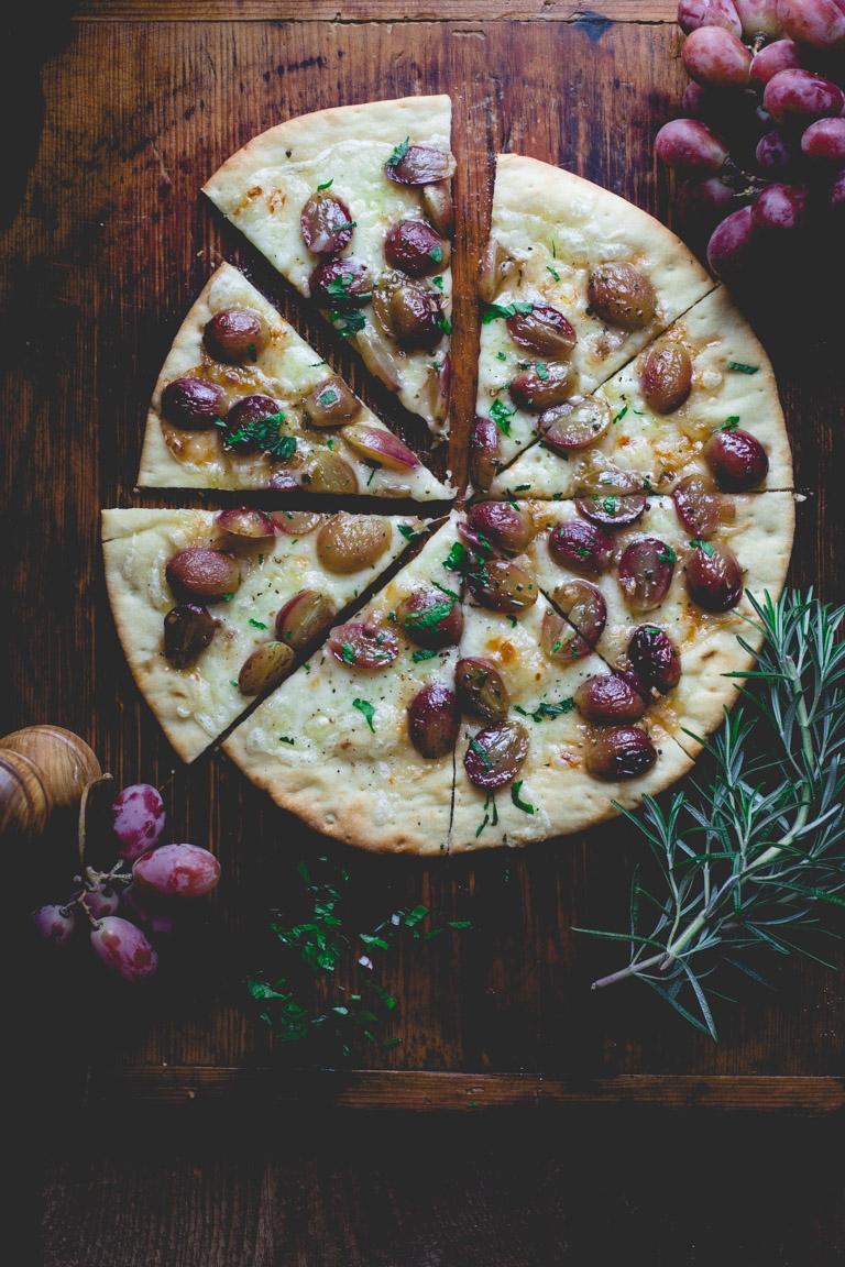 пицца с виноградом