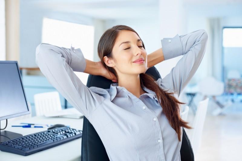Какие упражнения для спины можно делать прямо на рабочем месте - фото №6