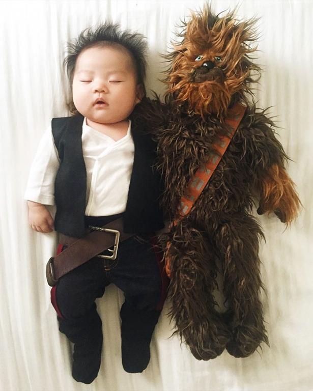 Как спящая малышка стала звездой Инстаграма: блогер фотографирует свою дочку, придумывая для нее забавные костюмы - фото №2