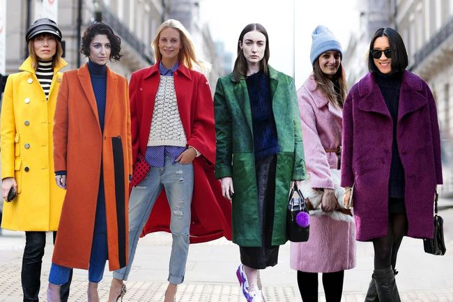 Как носить яркое пальто - фото №2