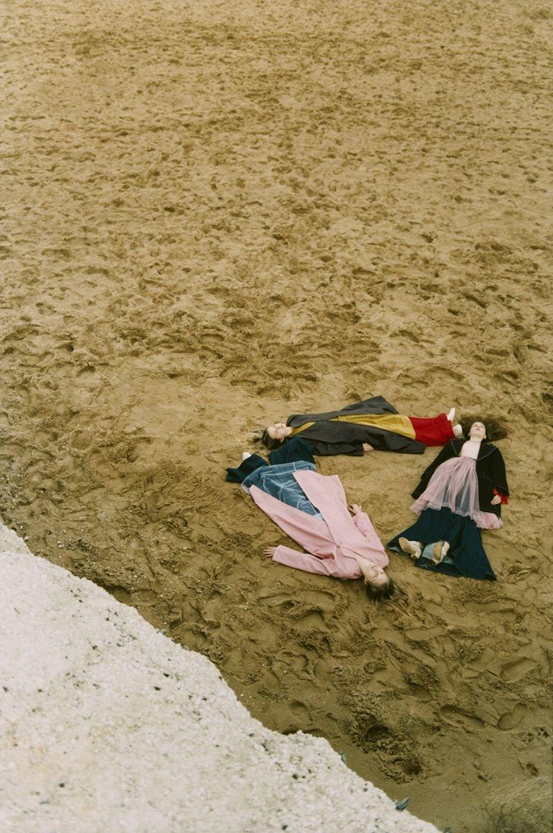 девушки лежат на песке