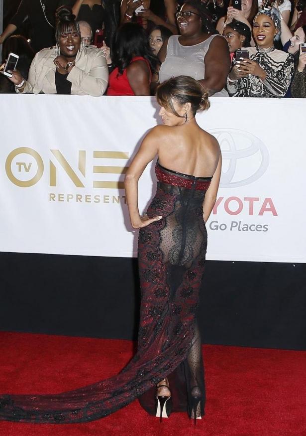 Холли Берри в платье без нижнего белья