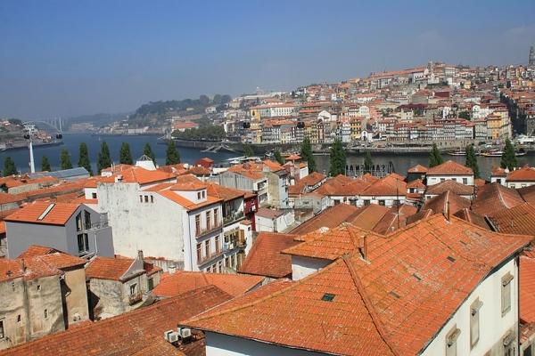 Португалия, река Дору в Порту фото