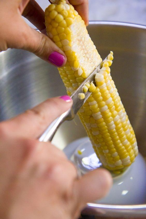 Обрезать кукурузу для заморозки нужно аккуратно