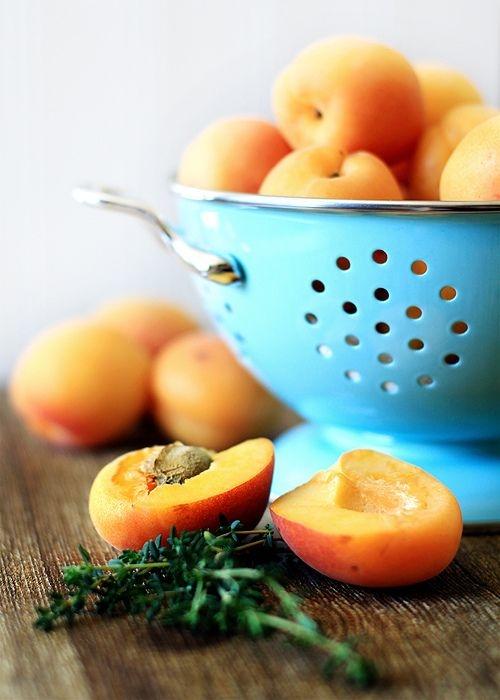 Для приготовления кураги берут спелые, но плотные абрикосы