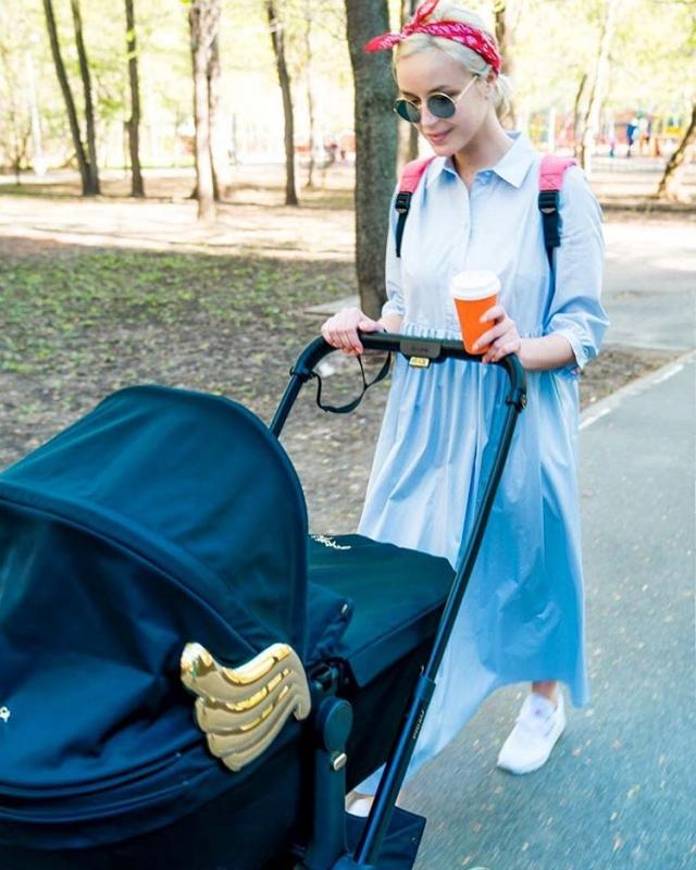 Полина Гагарина показала фото первой прогулки с новорожденной дочерью (ФОТО) - фото №1