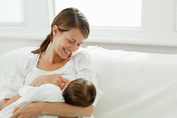 мама с малышом на руках