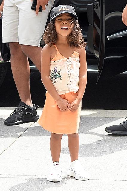 Ким Кардашьян оправдалась за то, что одела корсет на 4-летнюю дочь Норт Уэст (ФОТО) - фото №1