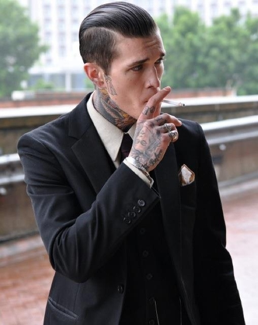 Парень курит сигарету