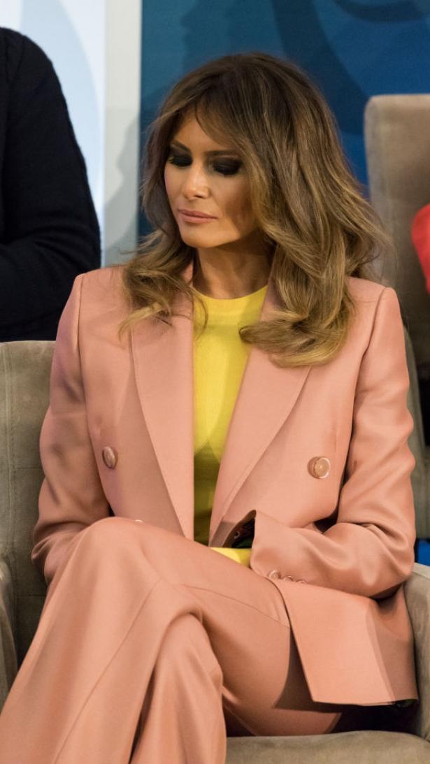 мелания трамп в розовом костюме